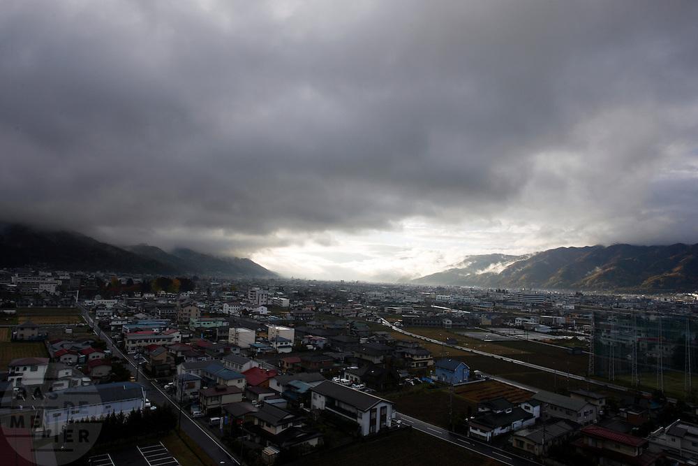 Uitizcht over Suwa-shi bij Nagano vanaf de hotelkamer in het hotel Rako-Hananoi