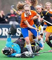 BLOEMENDAAL - hockey - Competitie Landelijk meisjes : Bloemendaal MB1-Den Bosch MB1 (1-1). Michelle van der Drift (Bl'daal) met keeper Doris van Boekel van Den Bosch.  COPYRIGHT KOEN SUYK