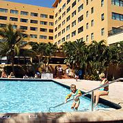 Vakantie Miami Amerika, hotel, zwembad, toeristen, zwemmen, palmbomen, palmboom, kind,