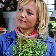 NLD/Elst/20120419 - Yvon Jaspers lanceert servieslijn,Yvon Jaspers met groen plantje