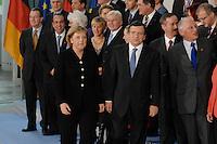 09 JAN 2007, BERLIN/GERMANY:<br /> Angela Merkel (L), CDU, Bundeskanzlerin, und Dr. Jose Manuel Barroso (R), Praesident der EU Kommission, nach einem Gruppenfoto nach der gemeinsamen Kabinettsitzung des Bundeskabinetts und der Kommission der Europaeischen Kommission, Bundeskanzleramt<br /> IMAGE: 20070109-02-022<br /> KEYYWORDS: Familienfoto