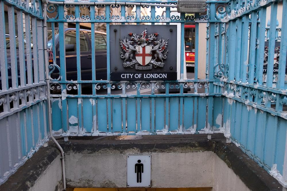 Un baño de caballeros ubicado en la City. Londres, 27-11-2005. (ivan gonzalez)