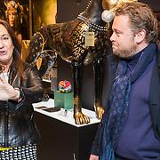 NLD/Amsterdam/20190311 - Wesly Bronkhorst verrast met schilderij, door kunstenares
