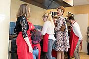 Hare Majesteit Koningin Maxima opent de 50e Resto VanHarte in Lelystad. Dit is een KinderResto. Kinderen in de leeftijd van 8 tot en met 13 jaar kunnen hier samenkomen om te koken en te leren over voeding, bewegen en samenwerken. <br /> <br /> Her Majesty Queen Maxima opens the 50th Resto VanHarte in Lelystad. This is a KinderResto. Children ages 8 to 13 can meet here to cook and learn about nutrition, moving and working together.<br /> <br /> Op de foto / On the photo:   Koningin Maxima krijgt een rondleiding in de keuken /// Queen Máxima gets a tour in the kitchen