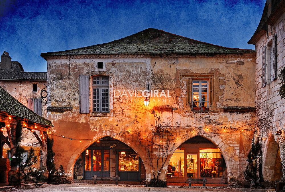Picture of an old medieval house in the beautiful town of Monpazier, located in Perigord, Dordogne, France<br /> <br /> Photo d'une vieille maison médiévale dans la belle ville de Monpazier, localisée dans le Périgord, en Dordogne, France.