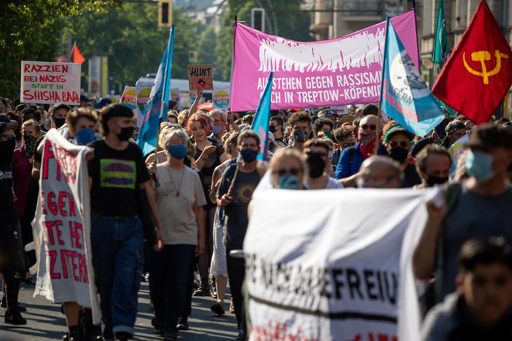 Über 1000 Menschen protestieren in Berlin Neukölln gegen rechten Terror und Nazi-Anschläge. In den letzten Jahren kam es in dem Viertel immer wieder zu Brandanschlägen auf Autos von Politikern und von gegen Rechts engagierten Bürgern, Stolpersteine wurden beschädigt oder gestohlen. In der Nacht auf den 19. Juni wurde die syrische Konditorei Damaskus in der Sonnenallee zum wiederholten Mal Ziel eines Anschlages. Die Fassasde wurde mit SS-Runen beschmiert ein Fahrzeug vor der Geschäft wurde angezündet.<br /> <br /> [© Christian Mang - Veroeffentlichung nur gg. Honorar (zzgl. MwSt.), Urhebervermerk und Beleg. Nur für redaktionelle Nutzung - Publication only with licence fee payment, copyright notice and voucher copy. For editorial use only - No model release. No property release. Kontakt: mail@christianmang.com.]