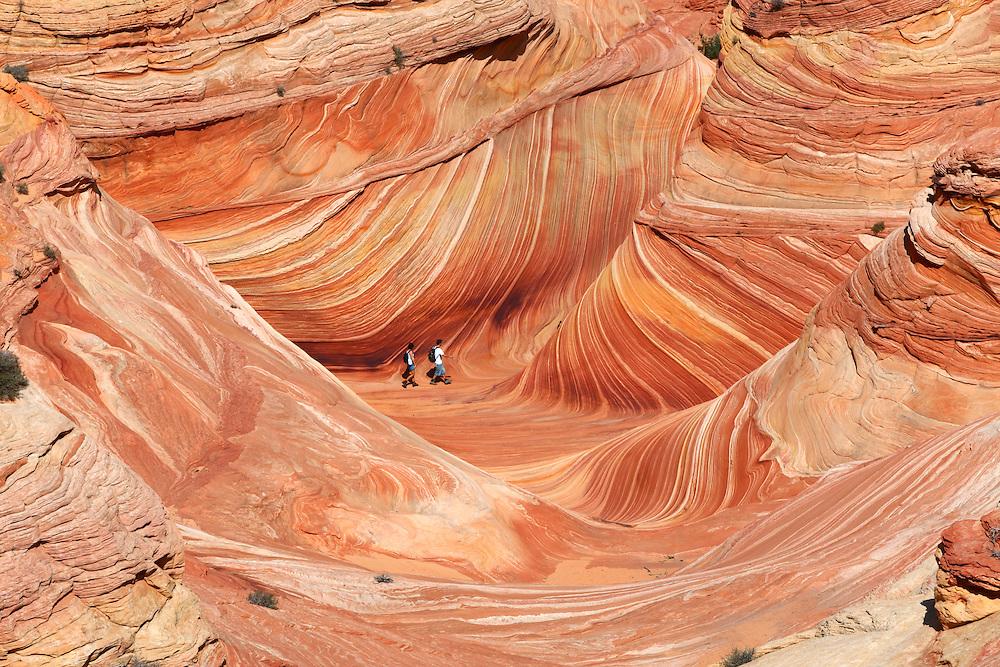Turistas en las formaciones de roca arenisca de The Wave, en Vermilion Cliffs National Monument, Arizona (Estados Unidos)