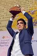 Uitreiking in de Ridderzaal van de Kindervredesprijs 2017 . De Internationale Kindervredesprijs wordt jaarlijks uitgereikt aan een kind dat zich op bijzondere wijze heeft ingezet voor kinderrechten en de situatie van kwetsbare kinderen. De prijs is een initiatief van de van oorsprong Nederlandse stichting KidsRights.<br /> <br /> Award ceremony in the Ridderzaal of the Children's Peace Prize 2017. The International Children's Peace Prize is awarded annually to a child who has made a special effort to promote children's rights and the situation of vulnerable children. The prize is an initiative of the originally Dutch foundation KidsRights.<br /> <br /> Op de foto / On the photo:  Kindervredesprijs 2017 voor de 16-jarige Mohamad Al Jounde uit Syrie. /// Children's peace prize 2017 for the 16-year-old Mohamad Al Jounde from Syria.