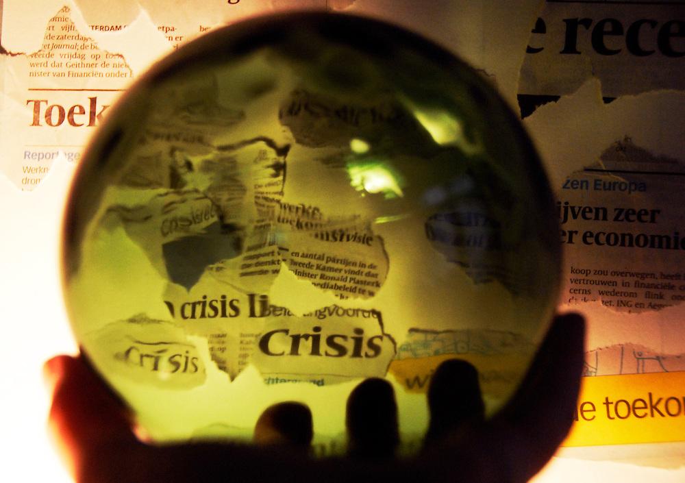 driebergen, 26 nov 2008.illustratie met als thema, krediet crisis. de toekomst voorspellen in een glazen bol.. Foto: (c) Renee Teunis
