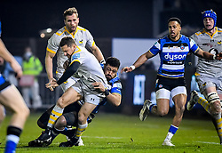 Taulupe Faletau of Bath Rugby attempts a tackle on Jimmy Gopperth of Wasps - Mandatory by-line: Andy Watts/JMP - 08/01/2021 - RUGBY - Recreation Ground - Bath, England - Bath Rugby v Wasps - Gallagher Premiership Rugby