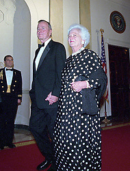 Former United States President George H.W. Bush and former first lady Barbara Bush hold hands as they walk into the 200th Anniversary of the White House Dinner in Washington, DC, USA,, USA on November 9, 2000. <br /> Photo by Ron Sachs/CNP/ABACAPRESS.COM  | 495946_031 Washington Etats-Unis United States