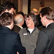 Nieuwjaarsreceptie 1999 Rabobank Huizen, bestuurslid Margot Dierick praat met klanten