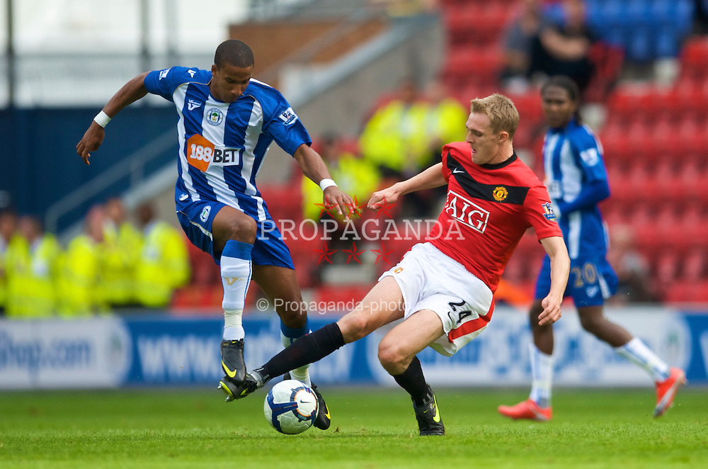 WIGAN, ENGLAND - Saturday, August 22, 2009: Manchester United's Darren Fletcher and Wigan Athletic's Scott Sinclair during the Premiership match at the DW Stadium. (Photo by David Rawcliffe/Propaganda)