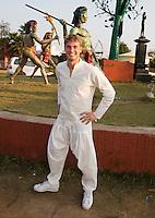 RAIPUR (India) . De mannen van het Nederlands hockeyteam maakten zondagmiddag een uitstapje. Morgen tegen India   in de finaleronde van de Hockey World League.  Floris van der Linden in zijn Indiase outfit  ANP KOEN SUYK