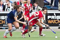 AMSTELVEEN - HOCKEY-   Mirte Jansen (r) in duel met Fleur van Dooren van Pinoke  tijdens de competitie hoofdklasse hockeywedstrijd tussen de vrouwen van Pinoke en Kampong.  COPYRIGHT  KOEN SUYK