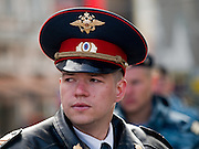 Junger Polizist (Milizionär)  an der absperrten Prachtstraße Twerskaja vor dem Beginn der größten Militärparade in Rußland seit Ende der Sowjetunion 1991 (9.Mai 2008). <br /> <br /> Young policeman (militiaman) blocking a street in the center of Moscow shortly before the Victory Day parade started (took place the 9th of May 2008) which showcased military hardware for the first time since the Soviet collapse.