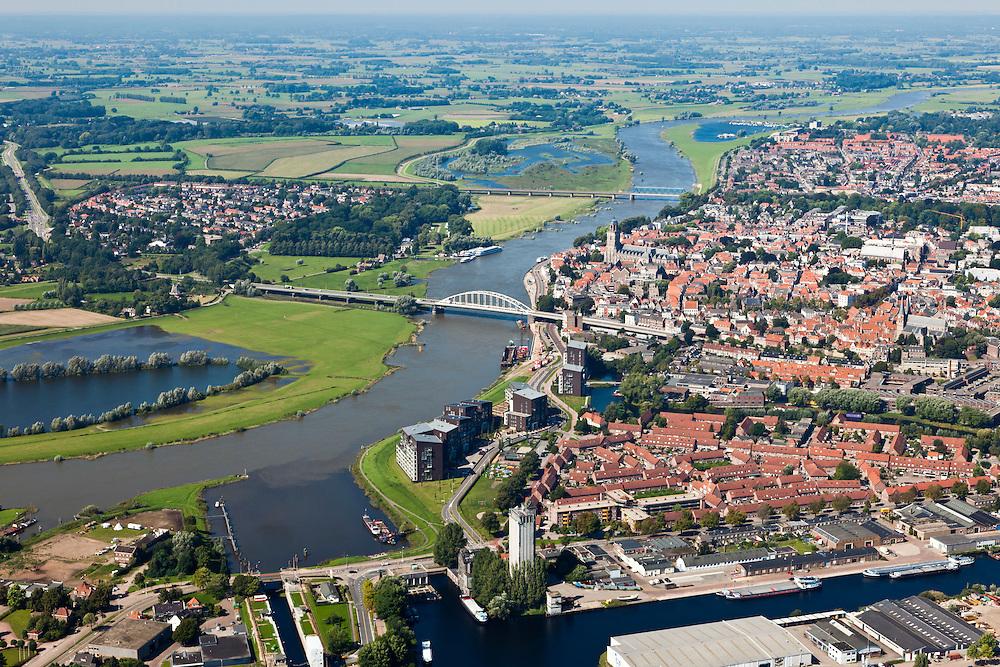 Nederland, Overijsssel, Deventer, 06-09-2010; IJssel, met de wijk het Pothoofd in de voorgrond. Op de westelijke (linker) IJsseloever, tienen beide bruggen, de wijk De Hoven (of de Worp), in kader van Ruimte voor de Rivier moet hier een hoogwatergeul aangelegd worden.IJssel, with the district Pothoofd in the foreground. On the western (left) shore, between the two bridges, a flood channel will be build to reduce the water level during heigh waters.luchtfoto (toeslag), aerial photo (additional fee required).foto/photo Siebe Swart