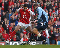 Fotball<br /> Premier League England 2004/2005<br /> Foto: SBI/Digitalsport<br /> NORWAY ONLY<br /> <br /> 30.10.2004<br /> Arsenal v Southampton<br /> <br /> Arsenal's Robin van Persie turns Southampton's Danny Higginbotham before scoring the equaliser