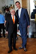 Opening van de expositie van Herman van Veen , 'Julianadoeken' op Paleis Soestdijk.<br /> <br /> Op de foto:  Jacques d'Ancona en partner Hans Langhout