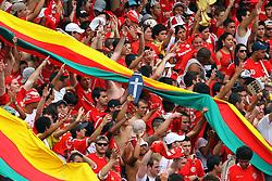 Torcida colorada momentos antes da partida entre as equipes do Gremio e Internacional, válida pela 31ª rodada do Campeonato Brasileiro, no Estadio Beira Rio em Porto Alegre. FOTO: Jefferson Bernardes/Preview.com