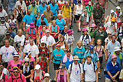 Nederland, Nijmegen, 21-7-2010Deelnemers aan de 4daagse, vierdaagse,  lopen op de tweede dag, de dag van Wijchen, over de voerweg naar de finish op de wedren. Het laatste stuk van het parcours loopt over de Waalkade en door de stad, de Hertogstraat,  waar ook de zomerfeesten plaatsvinden. Traditioneel de roze woensdag.The International Four Day Marches Nijmegen (or Vierdaagse) is the largest marching event in the world. It is organized every year in Nijmegen mid-July as a means of promoting sport and exercise. Participants walk 30, 40 or 50 kilometers daily, and on completion, receive a royally approved medal (Vierdaagsekruis). The maximum number is 45,000 .Foto: Flip Franssen/Hollandse Hoogte