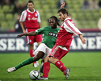 Fotball<br /> Bundesliga Tyskland 2004/05<br /> Bayern München v Wolfsburg<br /> 26. oktober 2004<br /> Foto: Digitalsport<br /> NORWAY ONLY<br /> Pablo Thiam, Torsten Frings Bayern