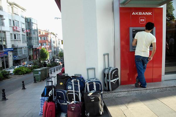 Turkije, Istanbul, 1-6-2011Straatbeeld van Istanbul in de aanloop naar de verkiezingen voor het parlement op 12 juni. Man haalt geld uit een pinautomaat van de Ak bank.Foto: Flip Franssen