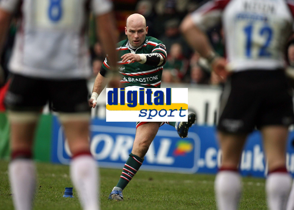 Photo: Rich Eaton.<br /> <br /> Leicester Tigers v Newcastle Falcons. Guinness Premiership. 27/01/2007.  Matthew Burke of Newcastle Falcons kicks an early penalty