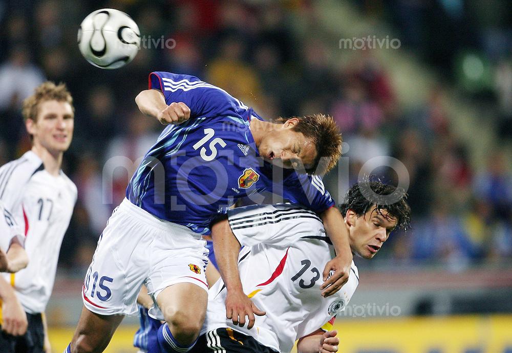 Fussball  International  Freundschaftsspiel    Deutschland - Japan Michael BALLACK (re, GER) gegen Takashi FUKUNISHI (li, JPN)