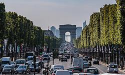THEMENBILD - Blick auf den Triumphbogen und dem Champs-Elysees im Gegenlicht mit Strassenverkehr bei Sonnenschein, aufgenommen am 09. Juni 2016 in Paris, Frankreich // The Arc de Triomphe and the Champs-Elysees in Backlight with Traffic Jam and Sunshine, Paris, France on 2016/06/09. EXPA Pictures © 2017, PhotoCredit: EXPA/ JFK