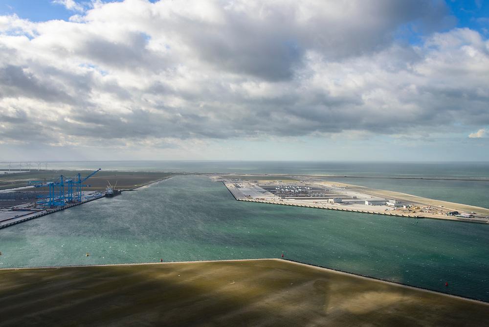 Nederland, Zuid-Holland, Rotterdam, 23-10-2013; Tweede Maasvlakte (MV2) met links Prinses Amaliahaven en rechts de Prinsen Alexiahaven. Midden aanleg nieuwe containerterminal van Rotterdam World Gateway (RWG) met diepzee kadewal voor ultragrote schepen. Links Aanleg APM Terminals (Maersk Line) en in de voorgrond de Prinses Arianahaven.<br /> <br /> QQQ<br /> luchtfoto (toeslag op standard tarieven);<br /> aerial photo (additional fee required);<br /> copyright foto/photo Siebe Swart