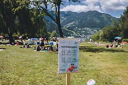 THEMENBILD - eine Tafel mit Corona Verhaltensregeln im Badegelände. Badegäste im Strandbad Erlberg am Südufer des Zeller See genießen das schöne Wetter, aufgenommen am 13. Juni 2020 in Zell am See, Oesterreich // a sign with corona rules in the middle of the place. Bathers in the Erlberg bathing beach on the southern shore of the Zeller See<br /> in Zell am See, Austria on 2020/06/13. EXPA Pictures © 2020, PhotoCredit: EXPA/Stefanie Oberhauser