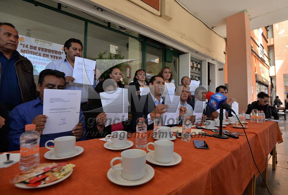 TOLUCA, México.- (FEBRERO 12, 2018).- Militantes del Partido Acción Nacional (PAN) de Toluca anunciaron su renuncia a este instituto político y dijeron que respaldarán la candidatura de Juan Rodolfo Sánchez Gómez, a la presidencia municipal de la capital mexiquense, ahora por MORENA. Agencia MVT / Crisanta Espinosa.