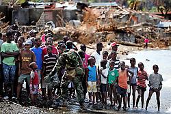 """October 16, 2016 - Mexico - EUM20161016NAC26.JPG.TIBURÃ""""N, HAITÍ.- Huricane/Huracán-Haiti.-  Este domingo 16 de octubre de 2016, a la orilla del Mar Caribe, cientos de personas esperan que un poco de ayuda humanitaria llegue a Tiburón, el poblado más alejado de la costa sur que el huracán Matthew dejó acorralado entre la hambruna y el olvido. Foto: Agencia EL UNIVERSAL/Jorge Serratos/RCC (Credit Image: © El Universal via ZUMA Wire)"""