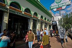 Localizados em sua grande maioria na avenida Sarandi, os freeshops de Riveira são um atrativo a parte para turistas brasileiros que cruzam a fronteira rumo ao Ururguai. Com mais de 20 anos de funcionamento, o comércio fronteiriço resiste as crises financeiras dos dois países e segue sendo um paraíso para turistas brasileiros interessados em produtos mais baratos que em seu país. FOTO: Lucas Uebel/Preview.com
