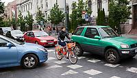 06.2014 Wilno Litwa Wilenski rower miejski Cyclocity jest bardzo popularnym srodkiem transportu w centrum Wilna. Na 34 stacjach dostepnych jest ok 300 rowerow N/z rowerzysta na prospekcie Giedymina fot Michal Kosc / AGENCJA WSCHOD
