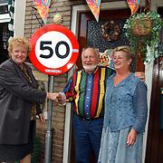 50 jarig huwelijk fam. Hendriks Weideweg 14 Huizen met wethouder Willy Metz