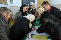 21.10.2007 wies Trzescianka w pow . hajnowskim n / z mieszkancy tej wsi - w wiekszosci wyznawcy prawoslawia - glosowali po nabozenstwie w miejscowej cerkwi fot Michal Kosc / AGENCJA WSCHOD