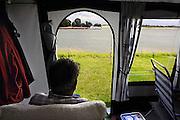Nederland,Gendt, 19-7-2008Kamperen op camping het Waalstrand. Vanwege het natte en koude weer brengen veel mensen hun vakantie binnen doorFoto: Flip Franssen/Hollandse Hoogte