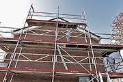Nederland, Wijchen, 16-10-2017Renovatie sociale huurwoningen van woningcorporatie Talis in de wijken Heilige Stoel, Homberg en Kraayenberg. Bouwvakkers zijn de energieverspillende gevels van de PeGe-woningen aan het vervangen. Ook de daken, muren en vloeren worden geisoleerd en toiletten en douche vernieuwd.Foto: Flip Franssen