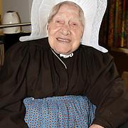 NLD/Huizen/20060828 - Mw. Horst - Wouda, 104 jarige bewoonster van bejaardentehuis Vooranker Huizen