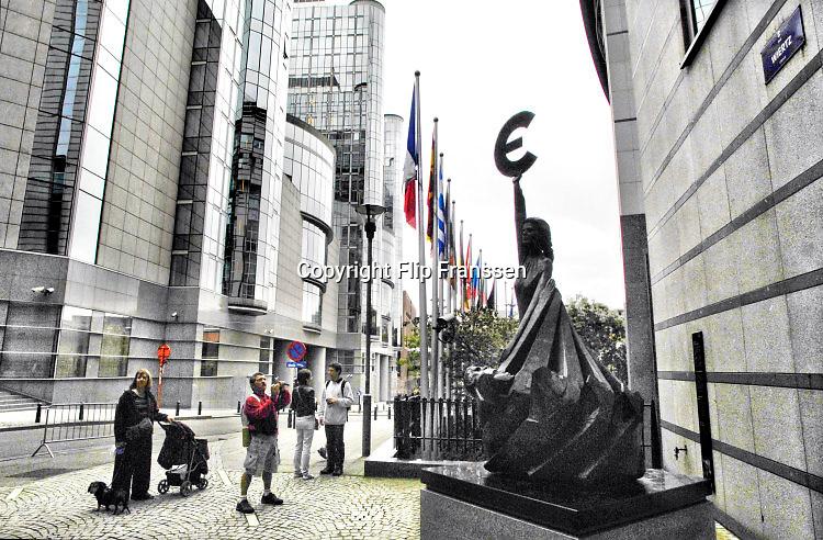 Belgie, Brussel, 22-3-2018Standbeeld van de koningin Europa voor een van de gebouwen van het Europees Parlement. In haar hand de Griekse E, die later het symbool voor de euro werd.Foto: Flip Franssen