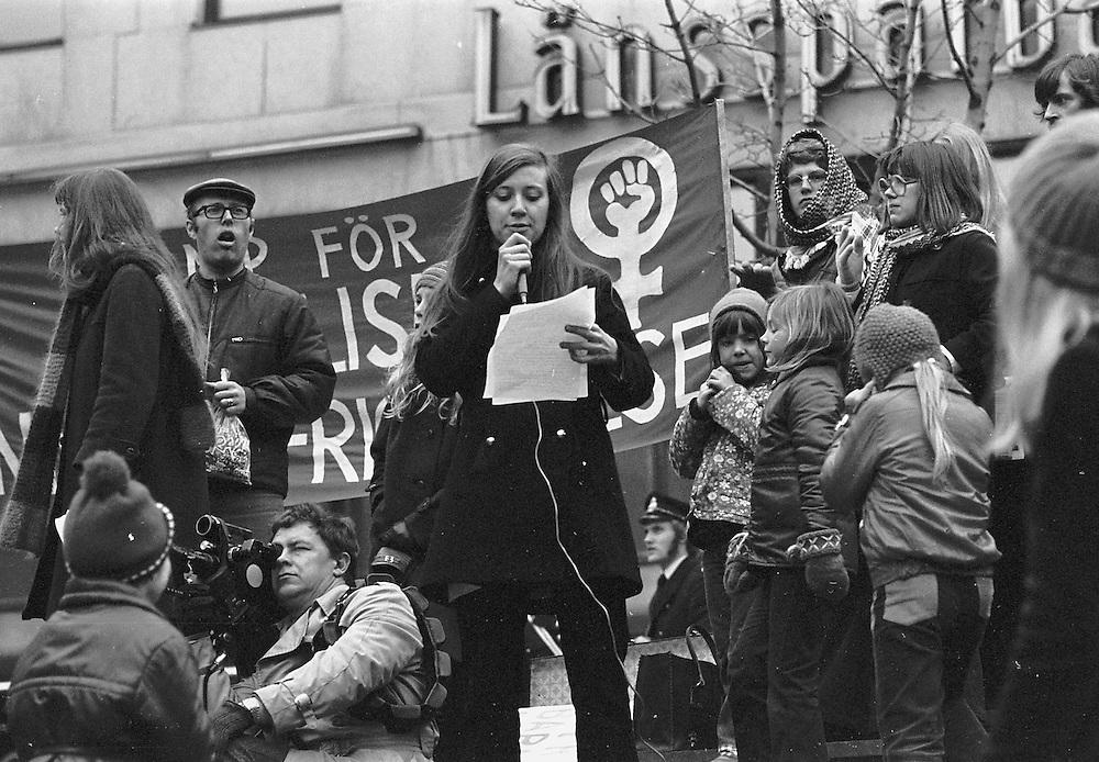 Grupp 8 demonstrerar på Sergels torg 1972