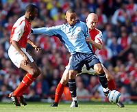 Fotball<br /> Premier League England 2004/2005<br /> Foto: BPI/Digitalsport<br /> NORWAY ONLY<br /> <br /> 30.10.2004<br /> Arsenal v Southampton<br /> <br /> Dexter Blackstock holds off Patrick Vieira, left and Pascal Cygan