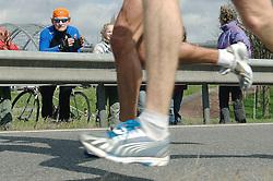 09-04-2006 ATLETIEK: FORTIS MARATHON: ROTTERDAM<br /> De 26e editie van de marathon van Rotterdam - Rotterdam Rijnmond - vele toeschouwers bekeken de resultaten van de lopers<br /> ©2006-WWW.FOTOHOOGENDOORN.NL