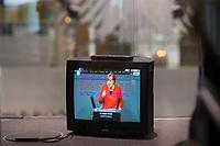 DEU, Deutschland, Germany, Berlin, 27.11.2019: Bildschirm eines Fernsehers (Röhrenfernseher) mit Bundestagstext und Bundeskanzlerin Dr. Angela Merkel (CDU) bei einer Rede während einer Plenarsitzung im Deutschen Bundestag.