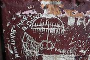 En Huitxtla, Chiapas, la pared de una estación de tren abandonada puede verse con mensajes que marcan el territorio de la Mara Salvatrucha (MS). En las mismas paredes, escrito con cuchillo, pueden verse también mapas e instrucciones. El lugar es conocido por los asaltos, violaciones y secuestro de migrantes que suceden. Los brazos de la Mara Salvatrucha, pandilla originaria de Salvadoreños nacida en Los Angeles, se extiende hoy al Triángulo Norte de América Central, el sur de México y otros lugares. (Prometeo Lucero)