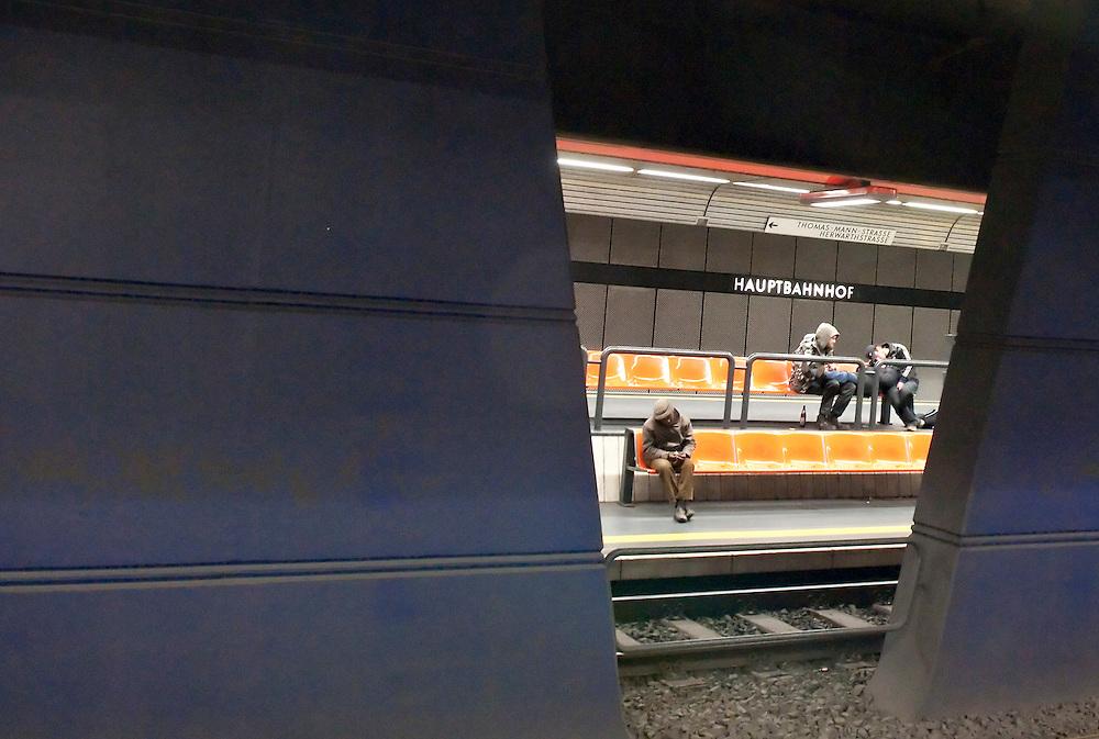 DEU,Nordrhein-Westfalen,Bonn,U-Bahn-Haltestelle Bonn Hauptbahnhof, Fahrgäste warten auf U-Bahn |  Germany,NRW, subway, underground,metro passengers waiting for train  |