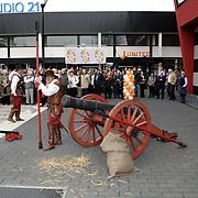 NLD/Hilversum/20080327 - Start ledenwerf actie omroep Max, voorzitter Jan Slagter start de actie met ontploffend kanon