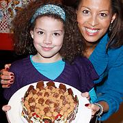 NLD/Amsterdam/20111123 - Boekpresentatie Maureen du Toit ' Altijd & overal feest', Maureen du Toit met dochter Carlijn en de pietentaart